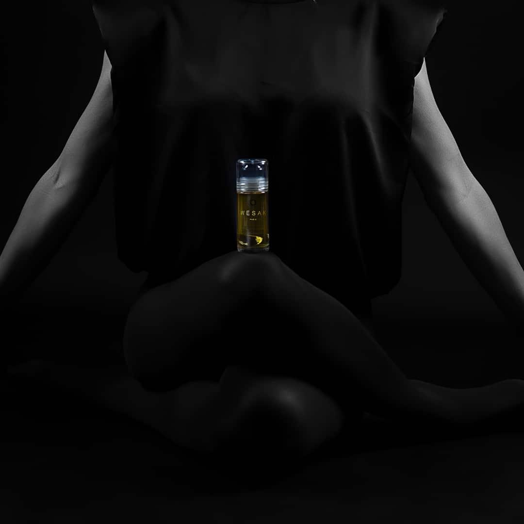 elixir lunaire roll-on sodalite wesak paris parfum boisé mannequin femme